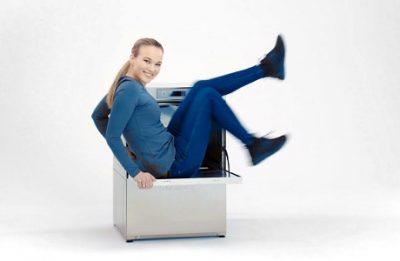 Moderatorin auf Spülmaschine (Standbild aus Produktvideo)