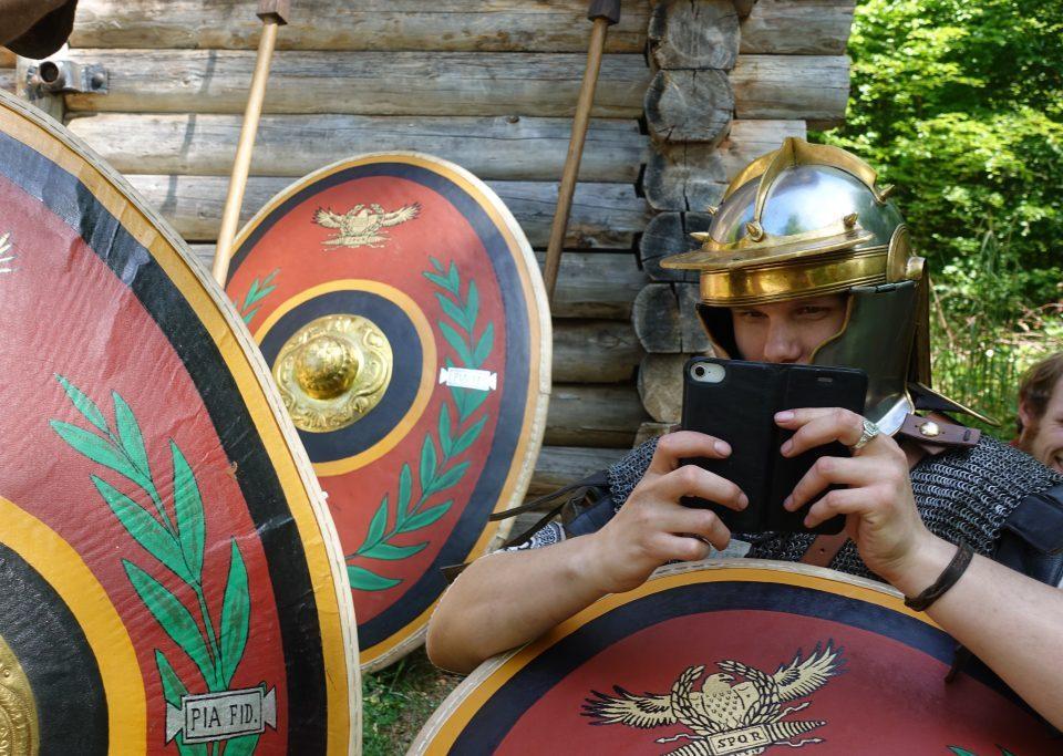 Römer mit Smartphone (Dreharbeiten für finnisches Fernsehen)