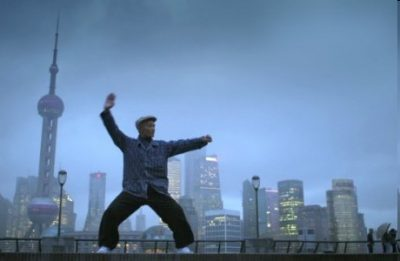 Asiat vor Shanghai Skyline (Standbild aus Imagefilm)