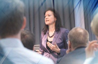 Referentin mit Zuhörern (Standbild aus Video-Dokumentation)