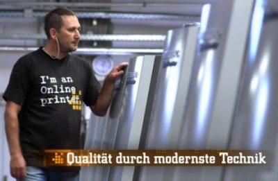 Mitarbeiter an Druckmaschinen (Standbild aus Imagefilm)