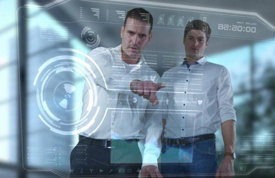 Mitarbeiter an virtueller Bedienoberfläche (Standbild aus Imagefilm)