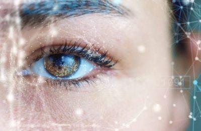 Großaufnahme Auge mit vernetzen digitalen Elementen (Standbild aus Imagefilm)