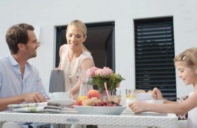 Familie am Balkontisch (Standbild aus Produktvideo)
