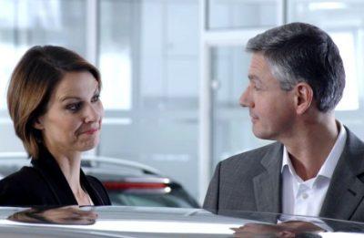 Frau und Mann im Autohaus (Standbild aus Imagefilm)
