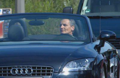 Mann fährt im Cabrio